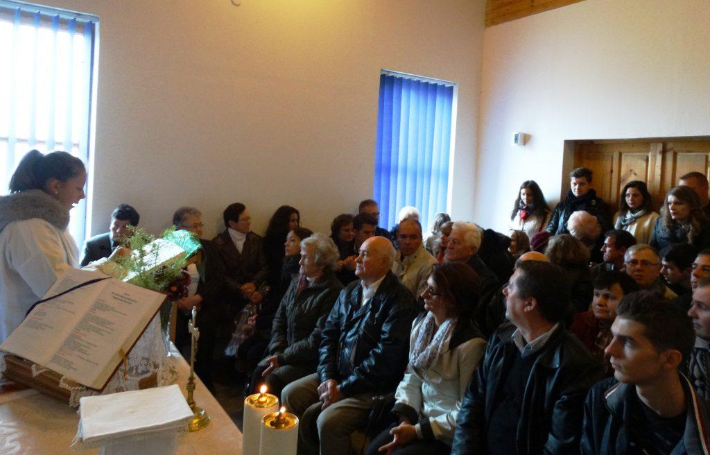 A ravatalozó kápolnája szűknek bizonyult, de egyházi célokra nagyobb helyiség pillanatnyilag nem áll rendelkezésre (Dekás-fotó)