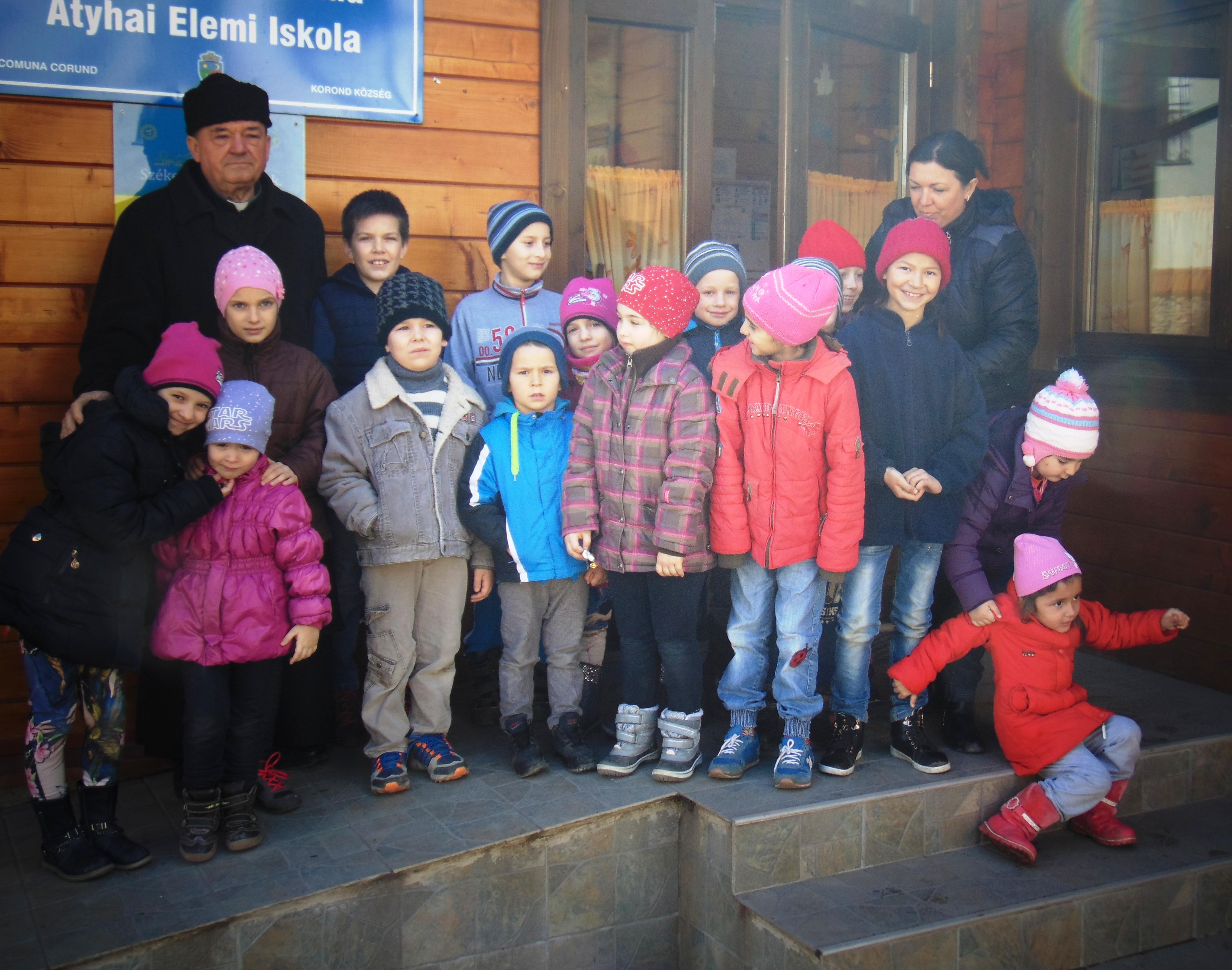 Adorján Imre plébános és Györfi Hajnal tanítónő az atyhai elemi iskolások csoportjával (Simó Márton felvételei.)